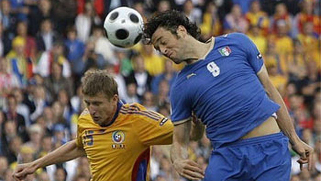 Luca Toni, buscando el tanto para la selección italiana. Foto: AP