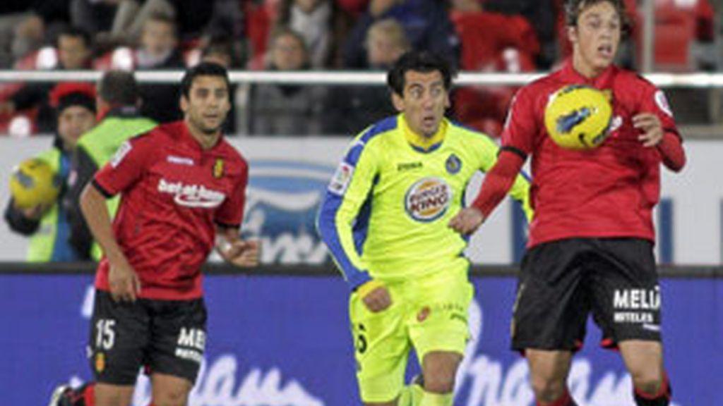 El centrocampista del Mallorca Tomás Pina controla un balón ante el centrocampista del Getafe, Pedro Ríos FOTO: EFE