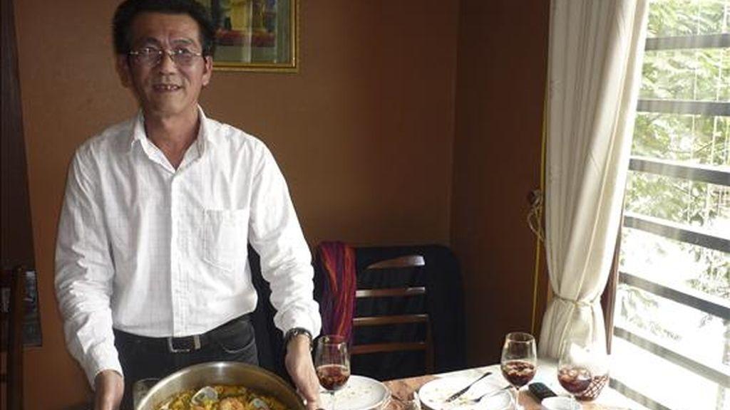 El vietnamita Huang Sec Quoc Phuong, al que le encanta el arroz como a cualquier vietnamita, muestra una paella valenciana, que aprendió a cocinar durante las tres décadas que vivió en el exilio en España. EFE/Ulises Adsuara
