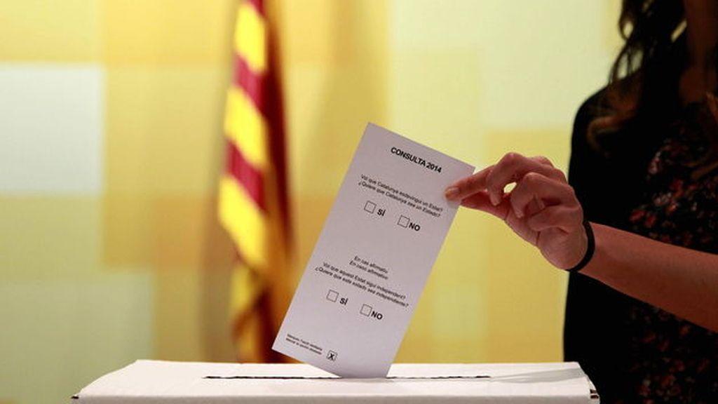 Urna y papeleta que se usarán en la consulta del 9N en Cataluña