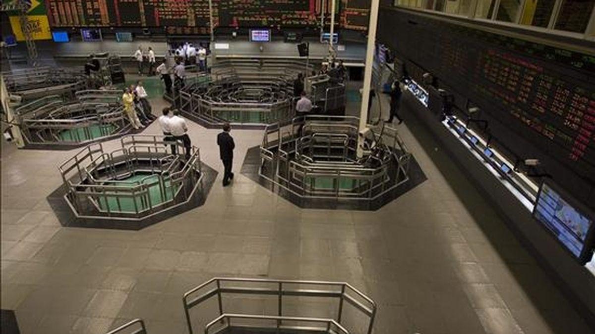 En el parqué brasileño se anotaron hoy 318.732 operaciones, con 10.040 millones de títulos, por un volumen financiero de 5.576 millones de reales (unos 2.890 millones de dólares). EFE/Archivo