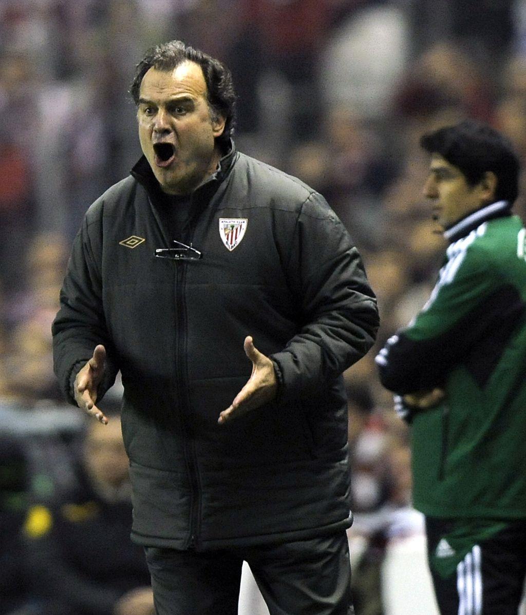 El entrenador del Athletic Club dando indicaciones a sus pupilos durante el partido de vuelta de los octavos de la Europa League ante el Manchester United
