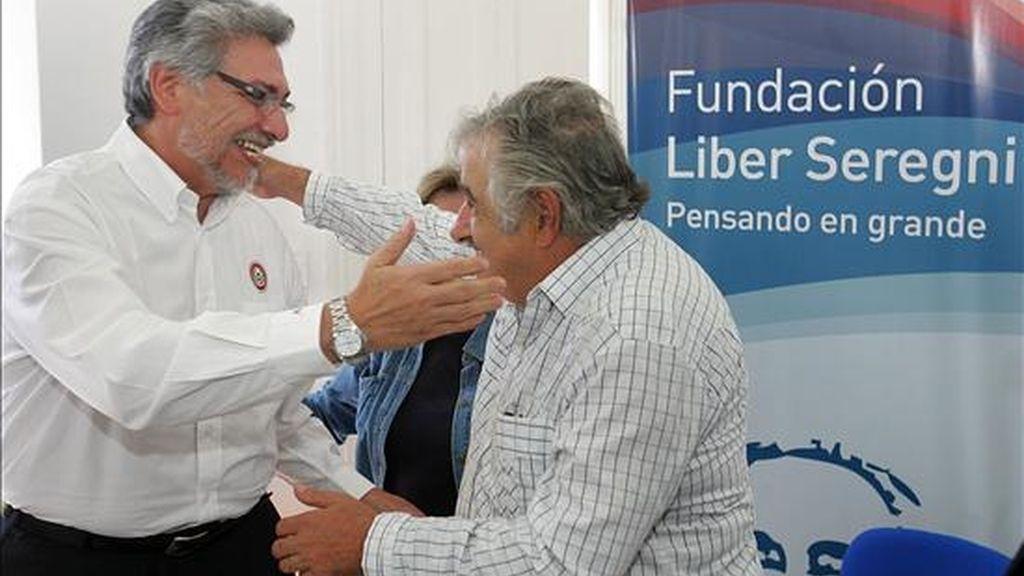 El senador precandidato presidencial por el oficialista Frente Amplio José Mujica (c), saluda al presidente de Paraguay, Fernando Lugo (i), durante un acto que se lleva a cabo hoy en la sede de la Fundación Líber Seregni en Montevideo (Uruguay). EFE