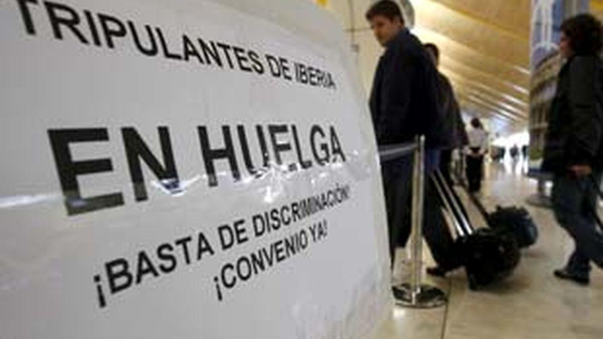Un cartel anuncia la huelga de los tripulantes de Iberia. Foto: EFE