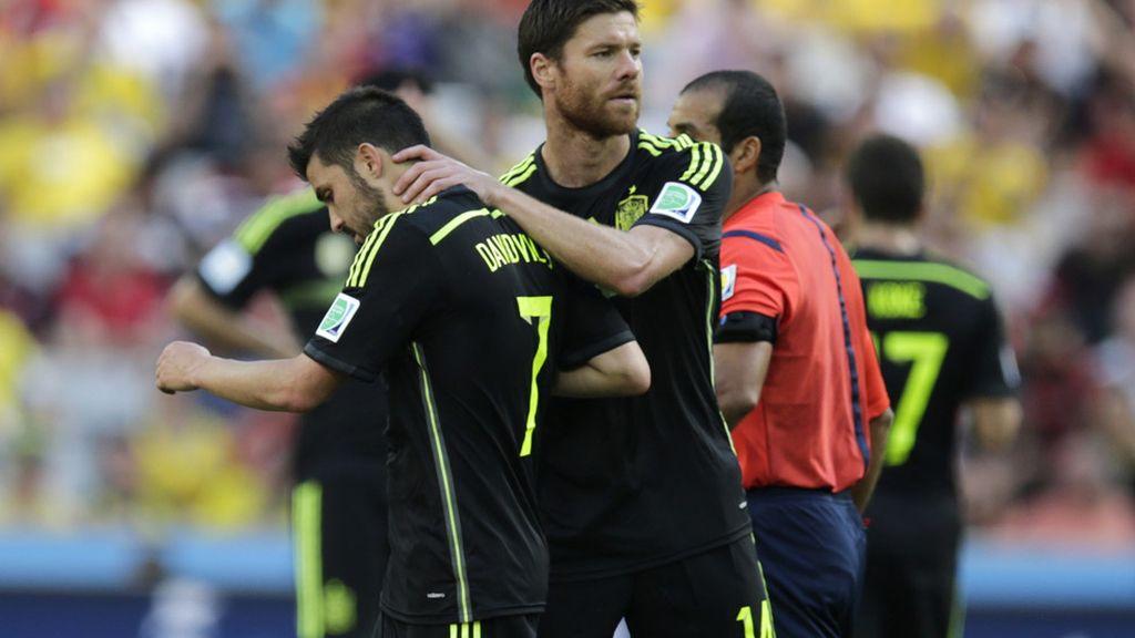 Alonso abraza a Villa en su sustitución, ambos se retiran de La Roja