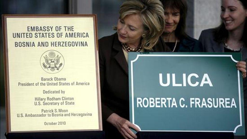 La secretaria de Estado estadounidense, Hillary Clinton (c), lleva una placa en el que se lee el nombre de la calle donde se encuentrala nueva embajada estadounidense durante la inauguración del edificio en Sarajevo (Bosnia-Herzegovina) hoy, martes 12 de octubre de 2010. EFE