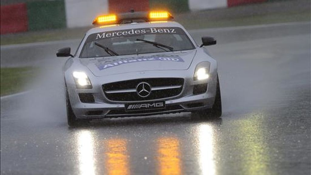El coche de seguridad recorre la pista bajo la lluvia antes de iniciarse la sesión de clasificación para el Gran Premio de Japón de F-1 en el circuito de Suzuka (Japón). EFE