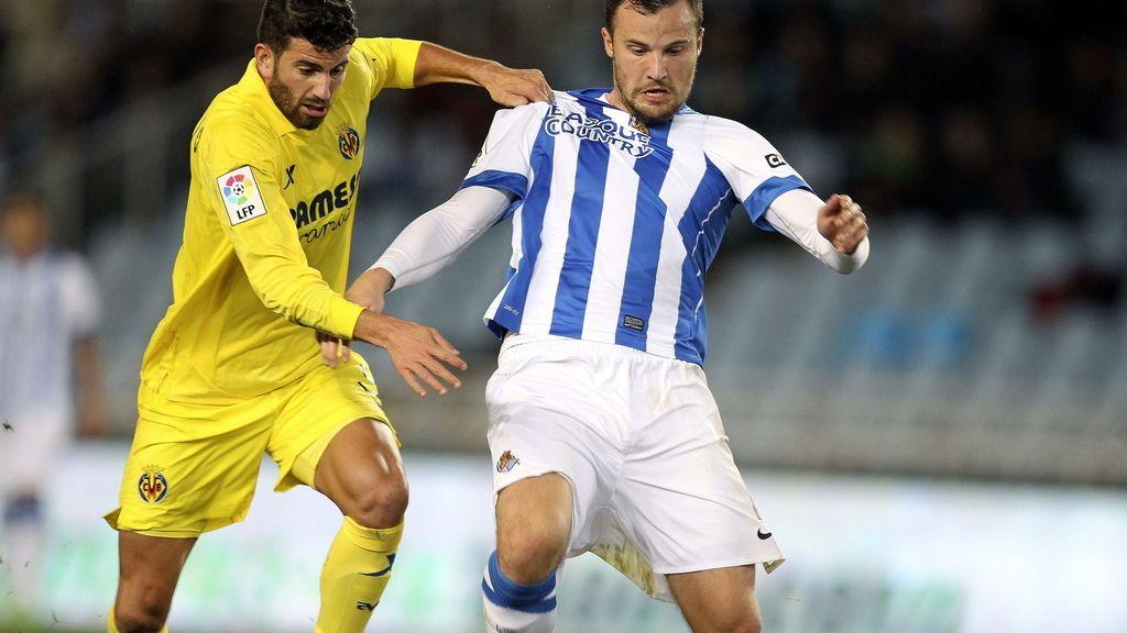 El jugador de la Real Sociedad, Haris Seferovic, d., lucha un balón con Gabriel Paulsita,iz., del Villareal