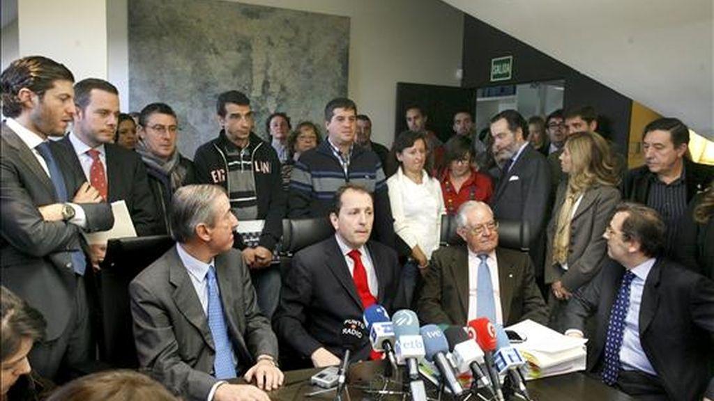 Los miembros del despacho de abogados Cremades&Calvo Sotelo, que representa a la Plataforma integrada por más de 5.000 afectados por el cierre del espacio aéreo español durante 20 horas entre los días 3 y 4 de diciembre, Javier Cremades (c), Juan Ortiz Urkulo (i), Manuel Iglesias (2d), y Juan Ignacio Peinado (d), durante la rueda de prensa que han ofrecido hoy. EFE