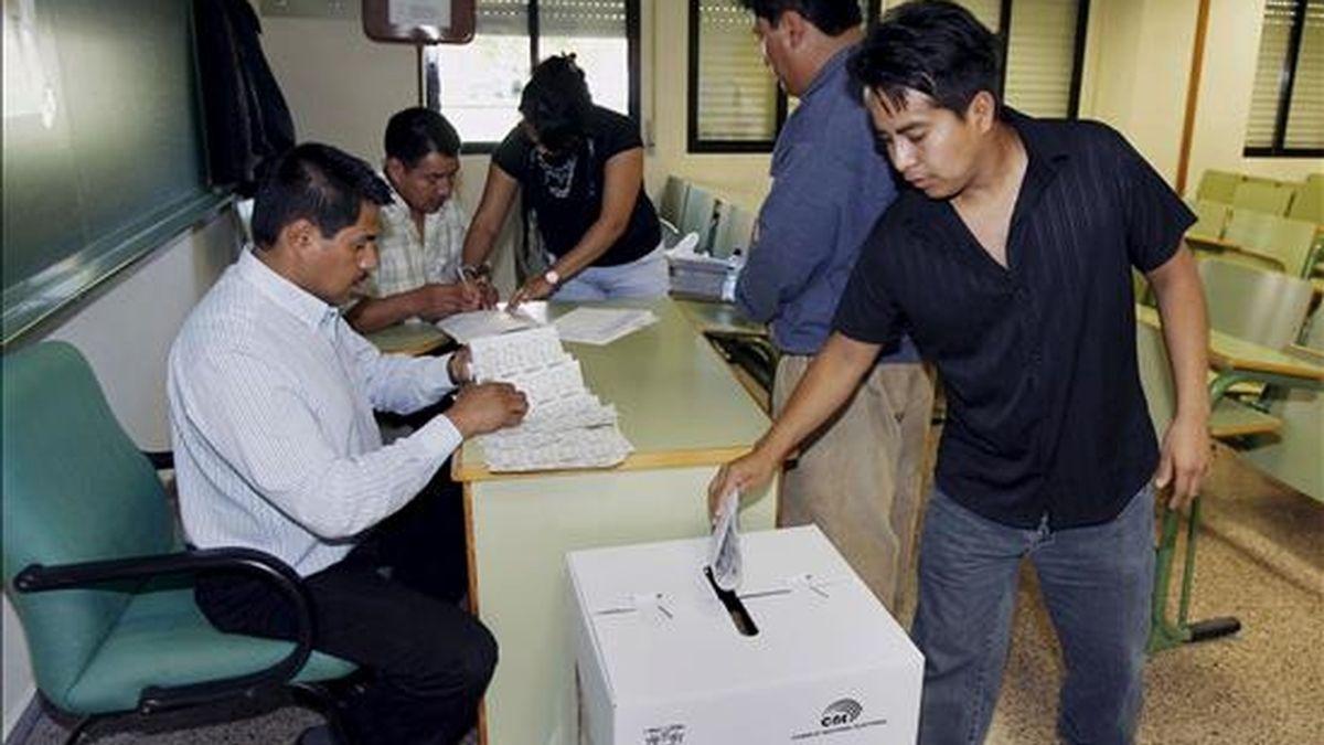 Alrededor de 10,5 millones de ecuatorianos están convocados a las urnas para el próximo domingo para elegir el domingo a cinco representantes para el Parlamento Andino e igual número de suplentes, así como a 3.985 integrantes de las juntas parroquiales. EFE/Archivo