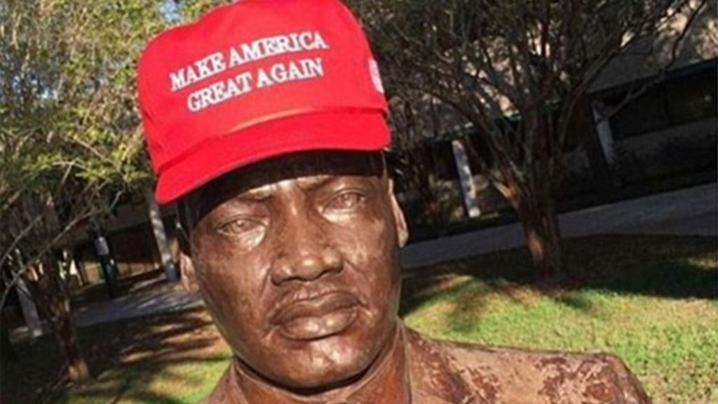Un busto de Martin Luther King con una gorra a favor de Donald Trump