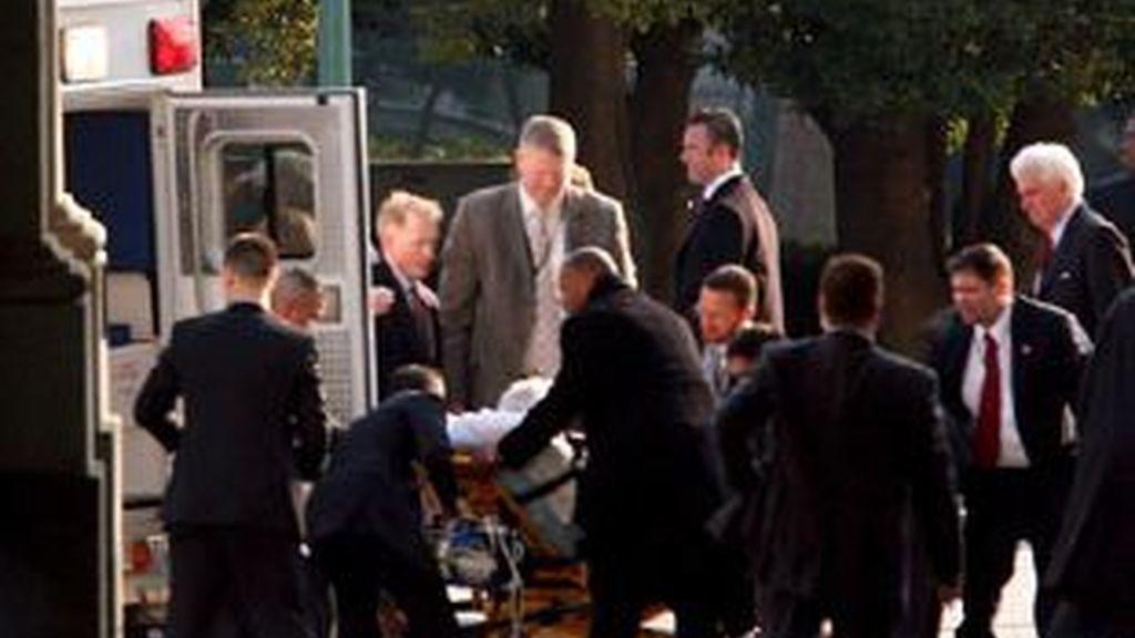 El veterano senador se recupera en el hospital de la convulsión que sufrió durante el almuerzo inaugural en la toma de Obama.- Vídeo: ATLAS