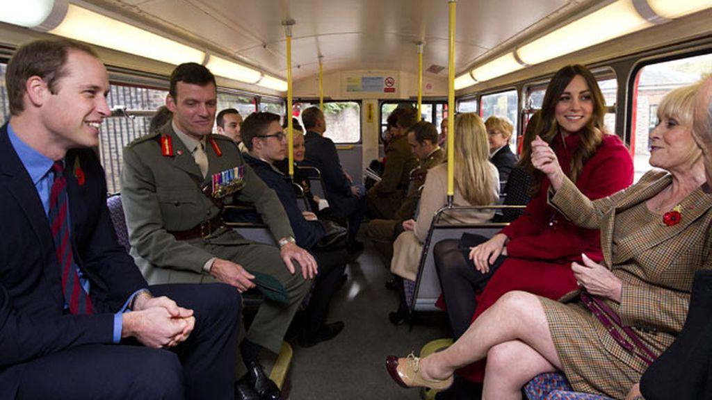 Los Duques de Cambridge, de paseo en autobús