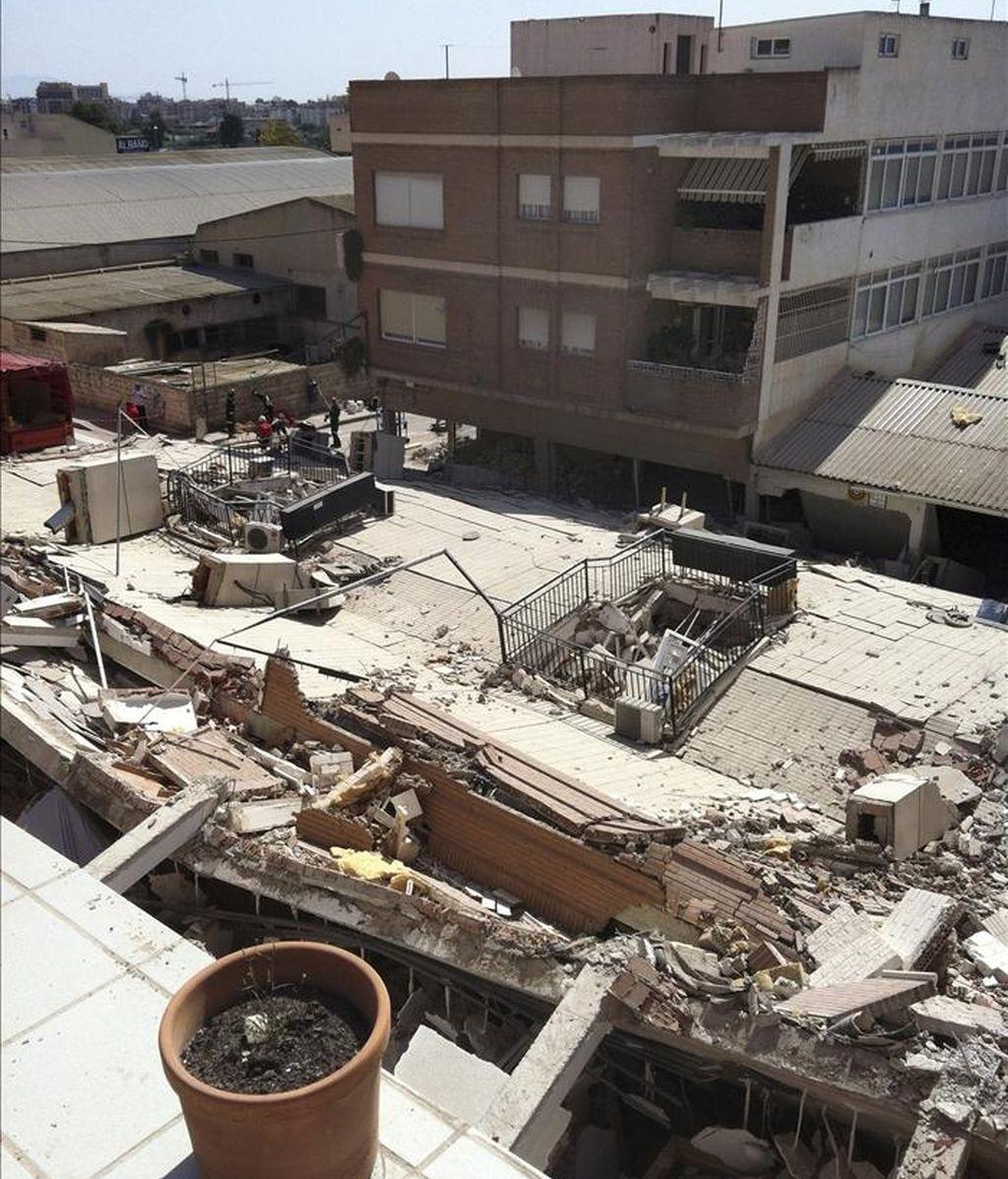 Estado de uno de los edificios de Lorca (Murcia) afectado po los terremotos del pasado miércoles en el que trabajan los bomberos de la Comunidad de Madrid. EFE