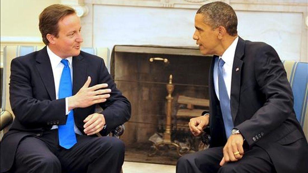 El primer ministro británico, David Cameron, conversa con el presidente estadounidense, Barack Obama, durante su encuentro en la Casa Blanca. EFE