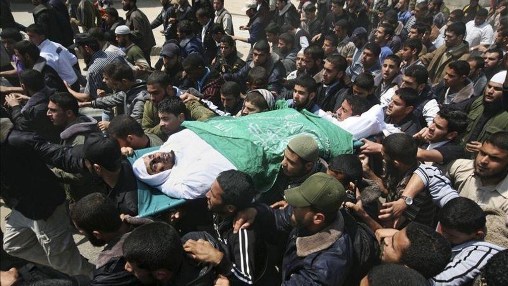 Palestinos cargando el cuerpo de Abu Snima, líder de las Brigadas Azedin Al Kassam, durante su funeral en la localidad de Rafah, en la franja de Gaza, hoy. EFE
