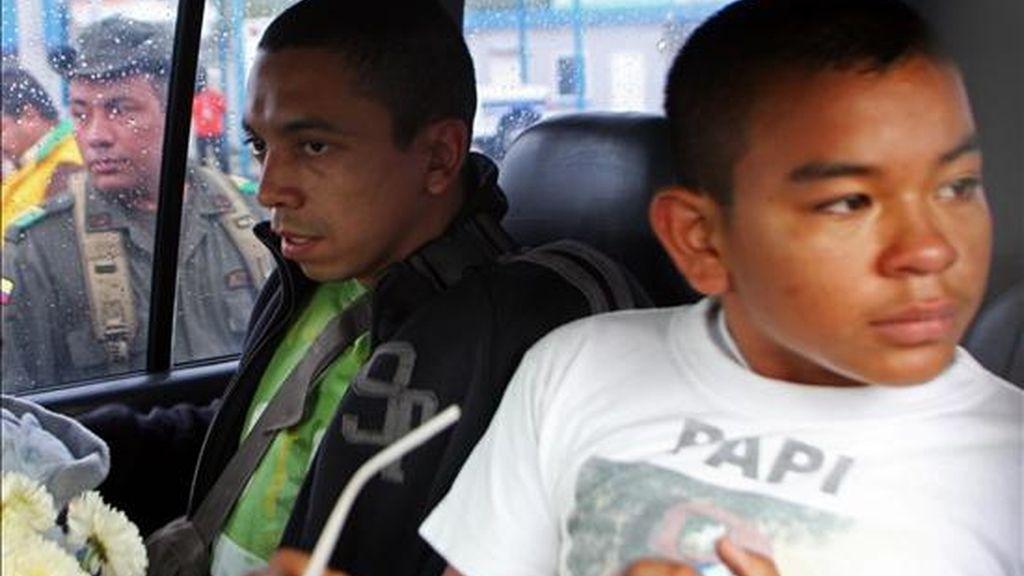 El liberado sargento Pablo Emilio Moncayo (i) y Johan Steven Martínez (d), hijo del también sargento José Libio Martínez, secuestrado el 21 de diciembre de 1997. EFE/Archivo