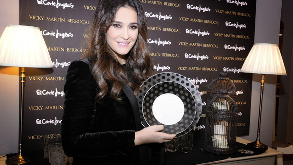 Vicky Martín Berrocal posó satisfecha con su vajilla
