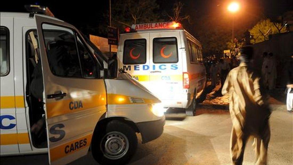 Oficiales de las fuerzas de seguridad paquistaníes examinan el lugar del atentado. EFE