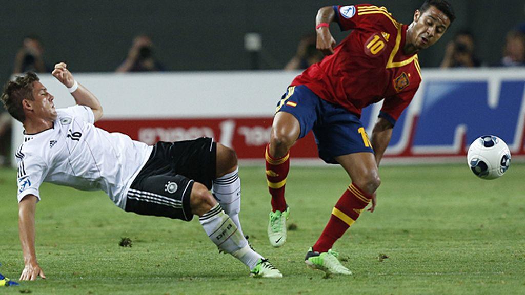 Thiago aguanta el balón ante Sorg