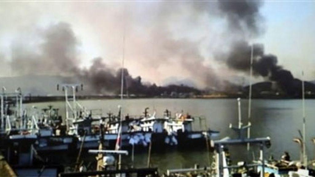columnas de humo en la isla de Yeongpyeong