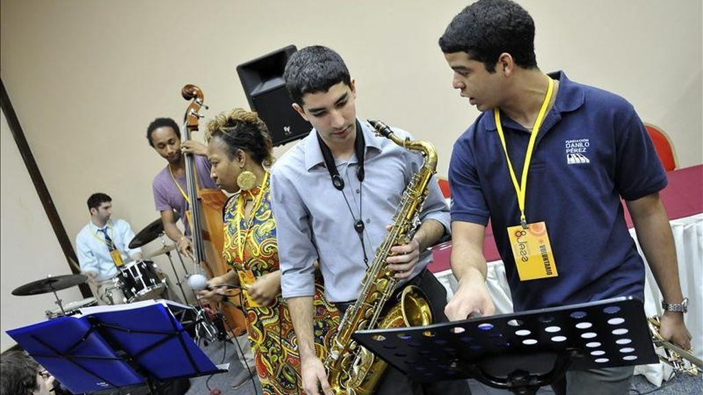 """Integrantes del """"New England Conservatory Jazz Ensamble"""" durante una práctica hoy, lunes 10 de enero de 2011, en la ciudad de Panamá (Panamá). EFE"""