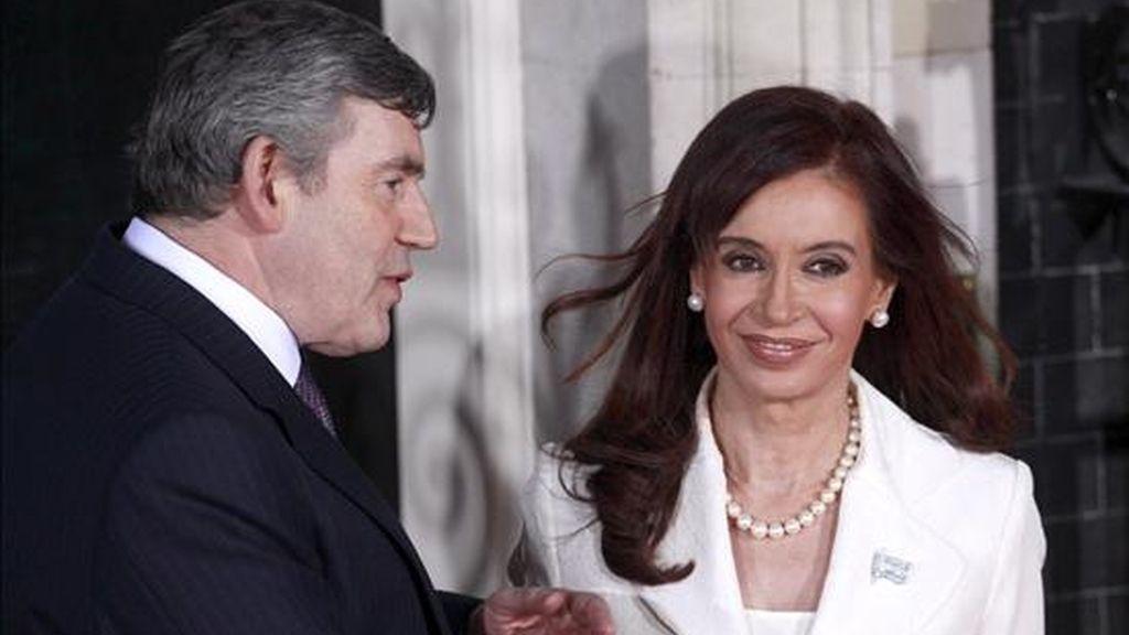 El primer ministro británico, Gordon Brown (i), conversa con la presidenta argentina, Cristina Fernández (d), hoy durante un encuentro previo a la recepción que la reina Isabel II de Inglaterra ofrece a los líderes de los países participantes en la cumbre del G20, en Londres (Reino Unido). EFE