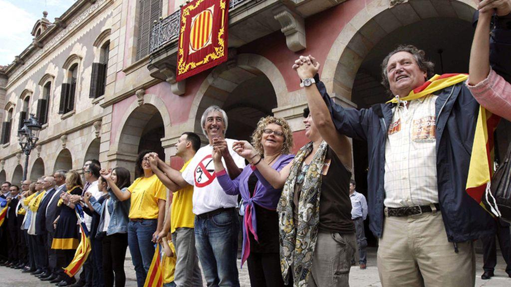 """La diputada del PSC, Mariana Geli se """"encadena"""" a la Via Catalana frente al Parlament"""