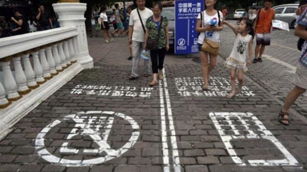 En China ya tienen un carril para adictos al móvil