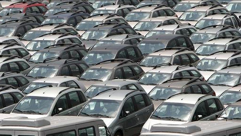 Cientos de coches importados de la firma Fiat permanecen parqueados este 13 de noviembre de 2008, en el puerto de la ciudad de Río de Janeiro (Brasil). EFE/Archivo