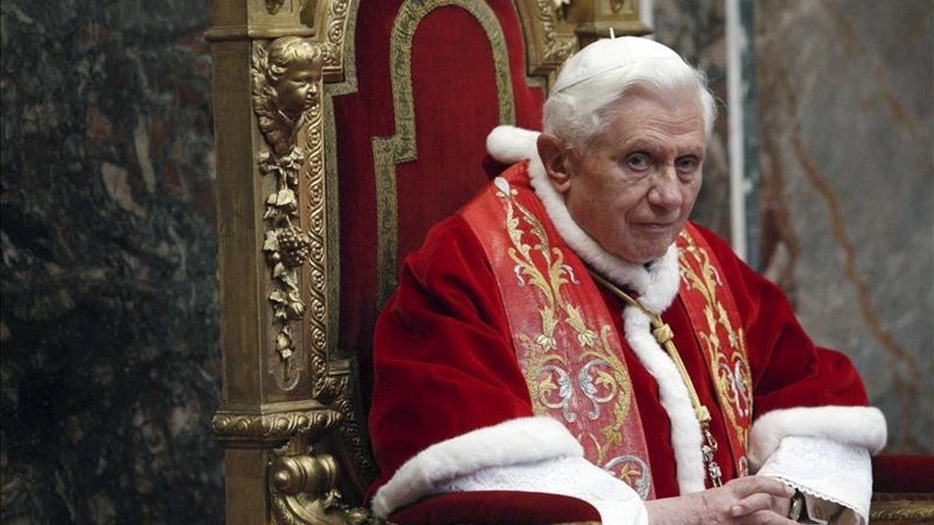El papa Benidicto XVI recibe a los embajadores de los 178 países que mantienen relaciones diplomáticas con la Santa Sede durante la tradicional audiencia de primeros de año, en el Vaticano. EFE