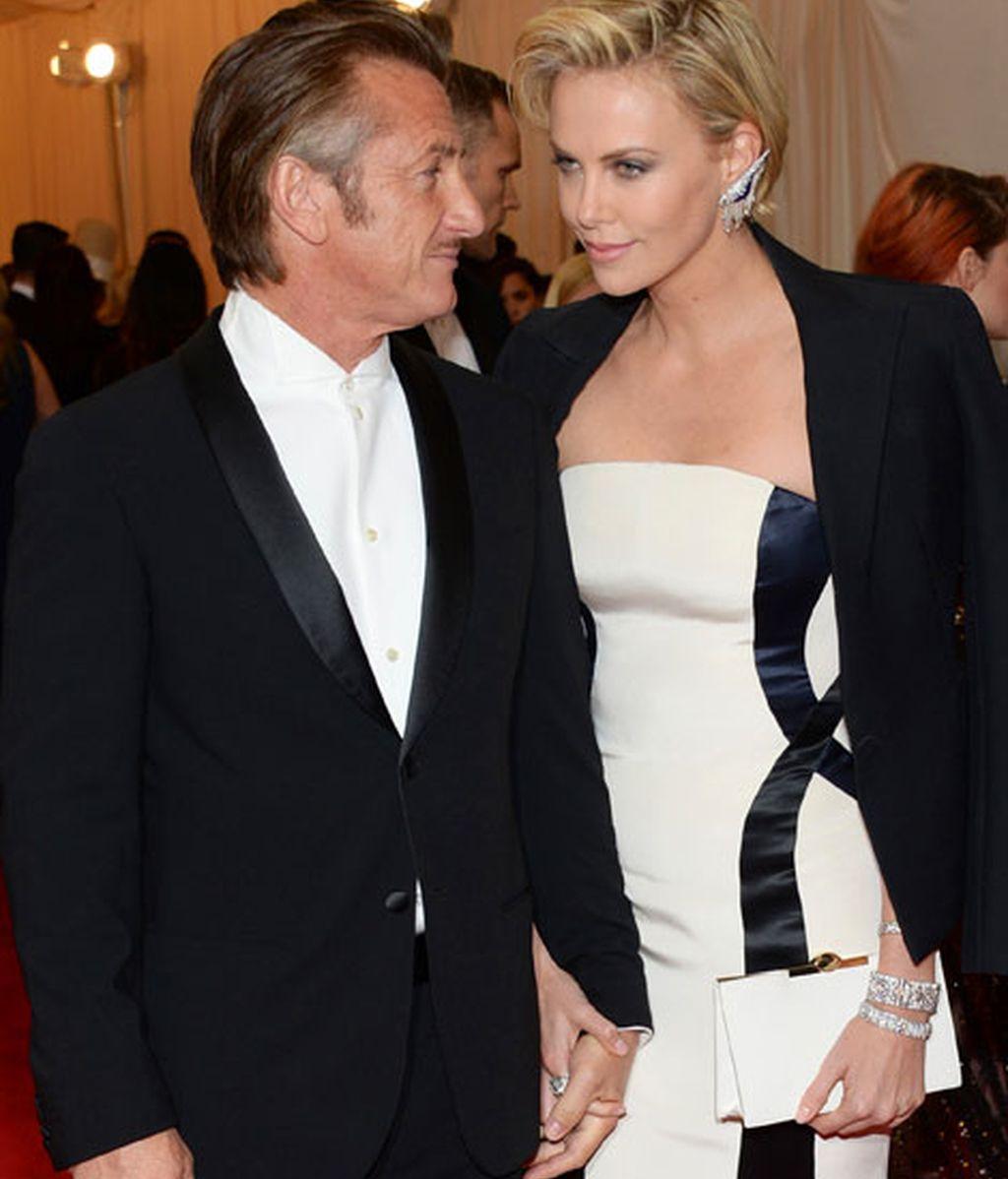 Sean Penn y Charlize Theron de la mano