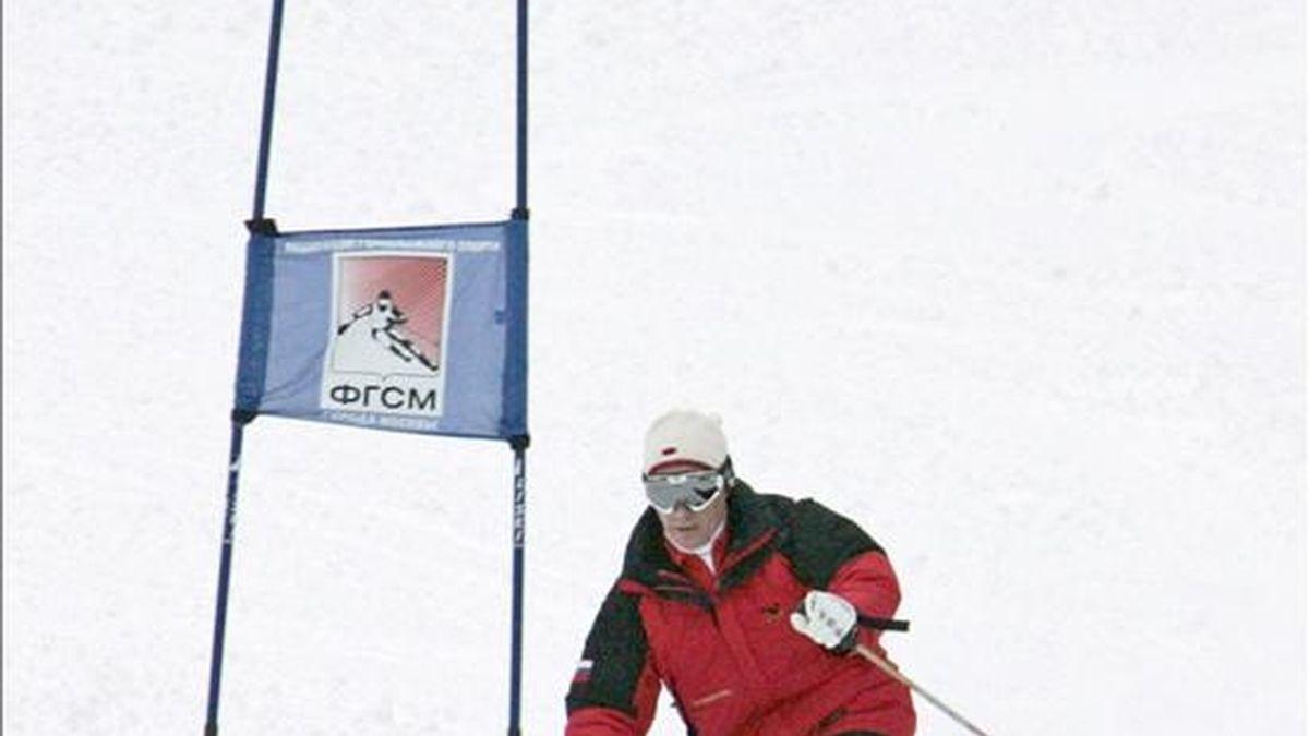 El presidente ruso Vladimir Putin esquía durante su visita al complejo de montaña Krasnaya Polyana en Sochi, Rusia, en febrero de 2008. EFE/Archivo