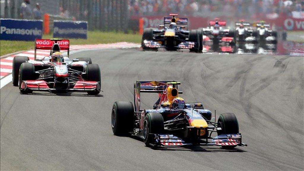 El piloto australiano Mark Webber, de Red Bull Racing, conduce su monoplaza por delante del británico Lewis Hamilton, de McLaren Mercedes, durante el Gran Premio de Turquía de Fórmula Uno disputado en 2010. EFE/Archivo