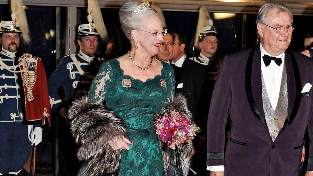La reina Margarita de Dinamarca, y su esposo el príncipe Enrique llegan al concierto en el DR Concert Hall