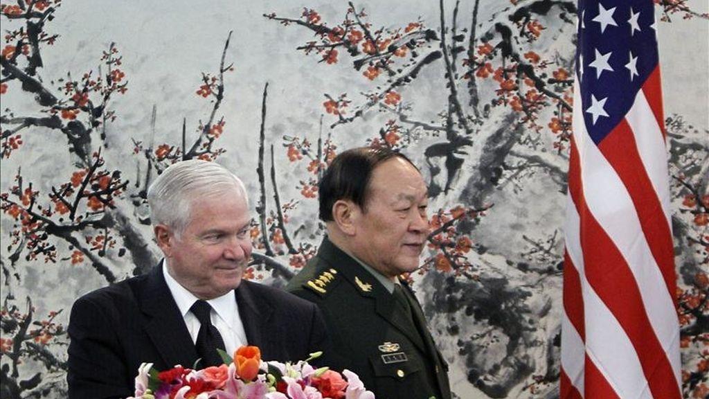 El secretario de Defensa de Estados Unidos, Robert Gates (i), y su homólogo chino, general Liang Guanglie (d), se preparan para ofrecer una rueda de prensa ayer lunes 10 de enero de 2011, en el edificio Bayi en Pekín (China). EFE