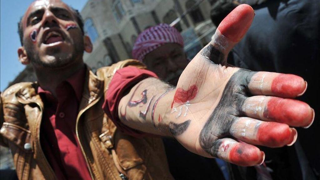 Un manifestante con los colores de la bandera nacional pintados en mano y brazo durante una protesta para exigir la salida del poder del presidente yemení, Alí Abdalá Saleh, hoy en Saná. EFE