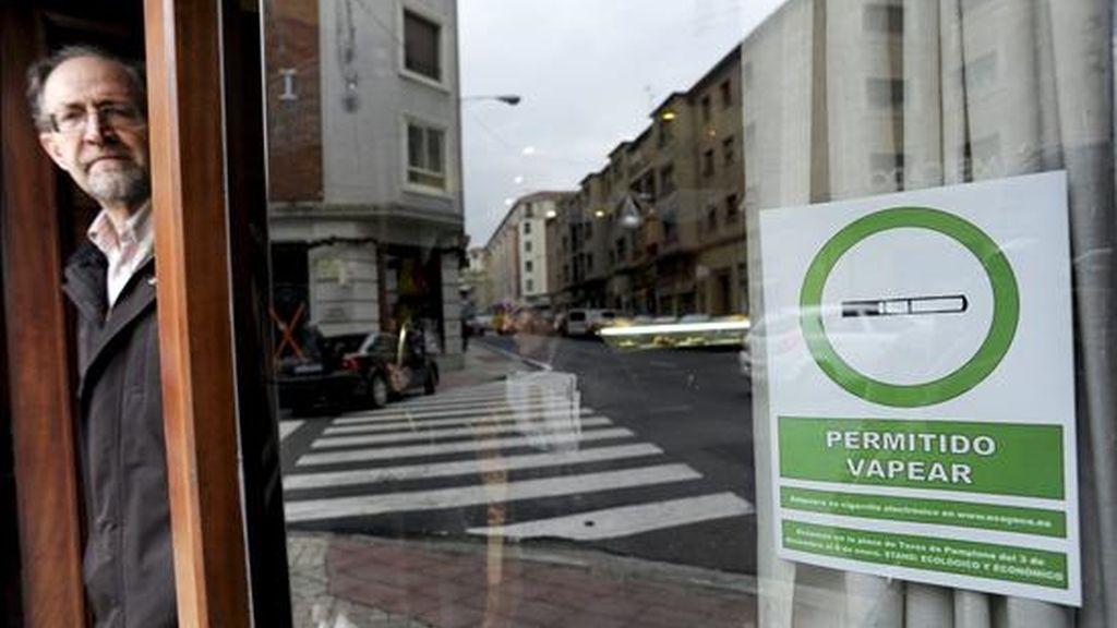 """Cartel a las puertas de un bar en Pamplona que informa a sus clientes de que está permitido """"vapear"""", en alusión a los cigarrillos electrónicos que emiten vapor de agua en lugar de humo, después de la entrada en vigor de la ley antitabaco que prohibe el consumo de tabaco en espacios públicos cerrados. EFE"""
