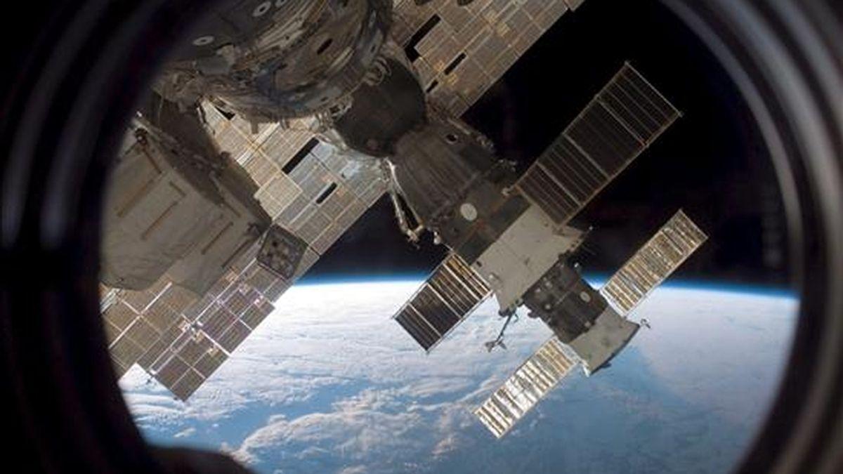 Fotografía cedida por la NASA en 2006 que muestra la nave Soyuz 13 (TMA-9) y el carguero Progress 22 fotografiados por un miembro de la tripulación de la STS-116 desde una ventana de Estación Espacial Internacional durante el acople del transbordador espacial Discovery a la estación. EFE/NASA