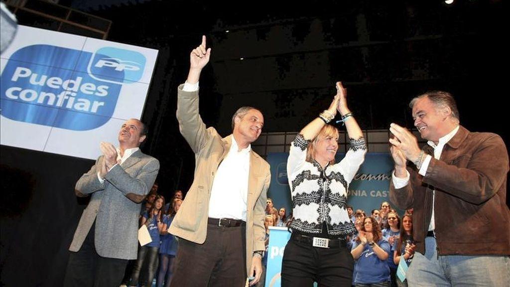 La candidata del PP a la alcaldía de Alicante, Sonia Castedo (c), acompañada por los miembros del partido, José Joaquín Ripoll (i), el presidente de la Generalitat, Francisco Camps (2i), y el vicesecretario de comunicación, Esteban González Pons, durante el acto de su presentación que ha tenido lugar hoy en Alicante. EFE