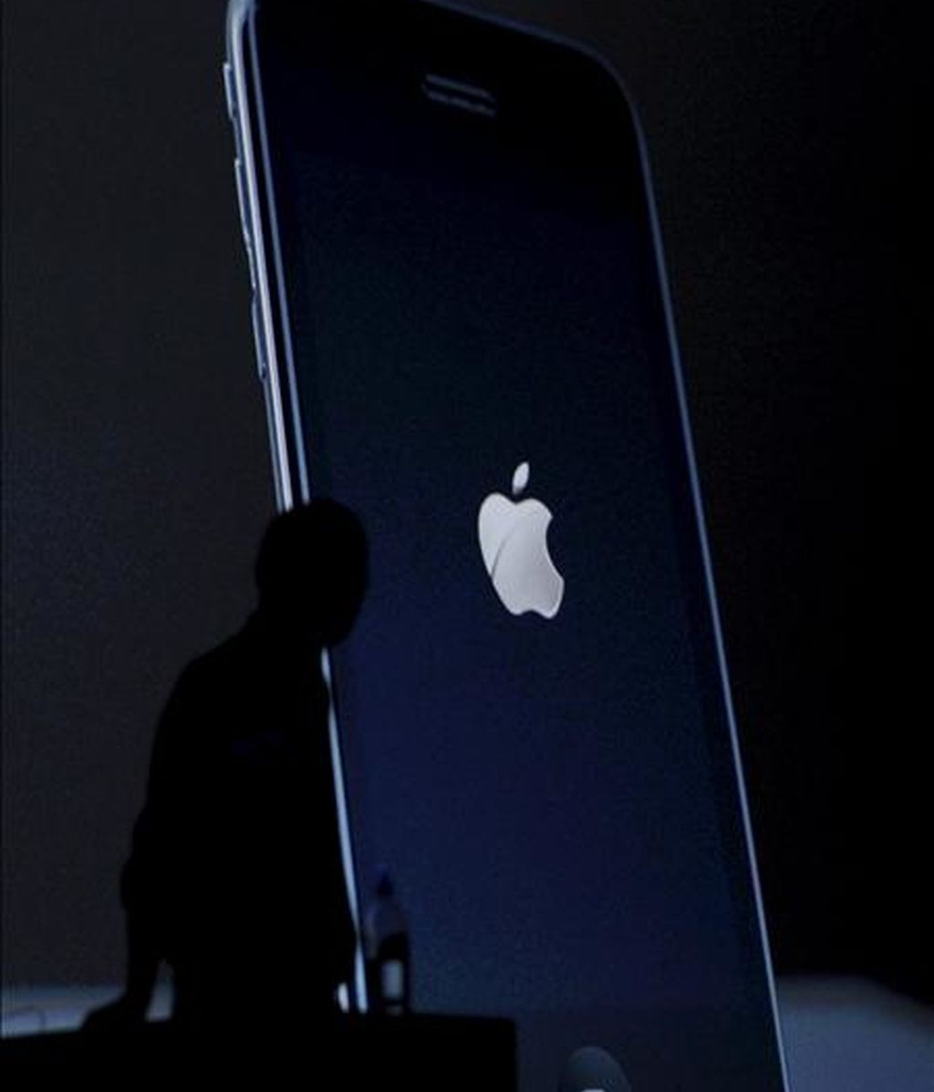 Con el avance de hoy, Apple, dirigida por Steve Jobs, terminó con una capitalización bursátil de 302.320 millones de dólares, lo que supone la primera vez que esta compañía supera los 300.000 millones de dólares de capitalización. EFE/Archivo