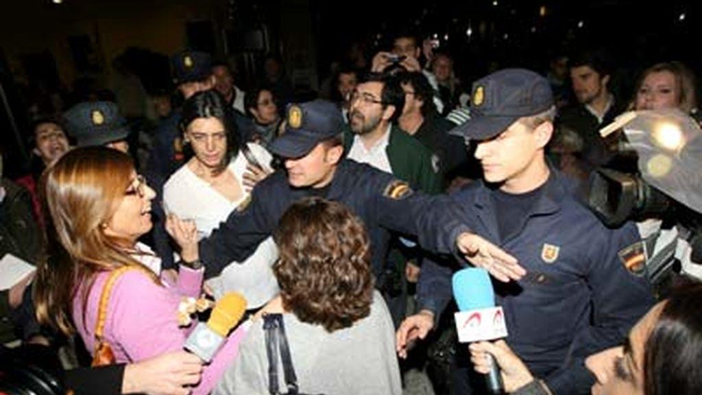 Varios controladores  son protegidos por miembros de la policia nacional a su salida del Hotel Auditorium de Madrid, tras la reunión de la Unión Sindical de Controladores Aéreos (USCA), en la que han analizado la situación del tráfico aéreo español después de que muchos de estos trabajadores en los principales aeropuertos abandonasen su puesto de trabajo en protesta por el nuevo modelo de gestión aeroportuaria. EFE