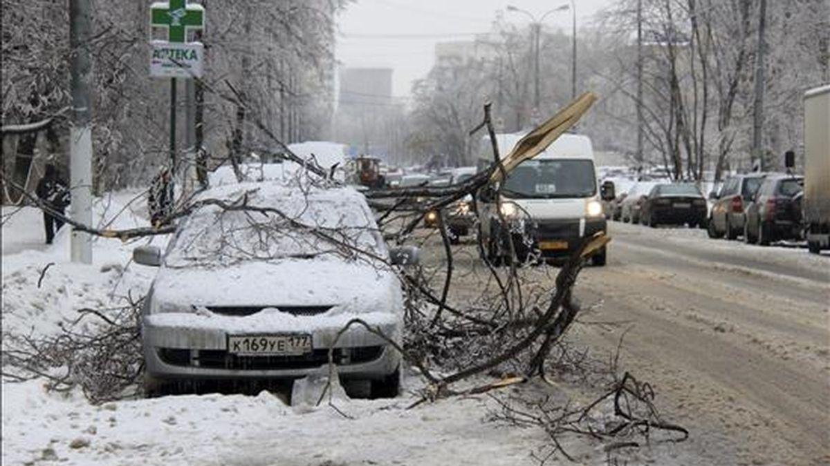 Ramas de árboles caídas sobre un coche aparcado en una calle de la capital rusa totalmente nevada. EFE/Archivo