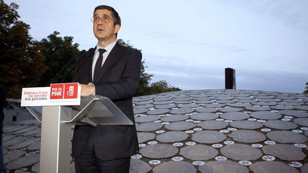 Patxi López cierra campaña en el monolito de las víctimas de ETA