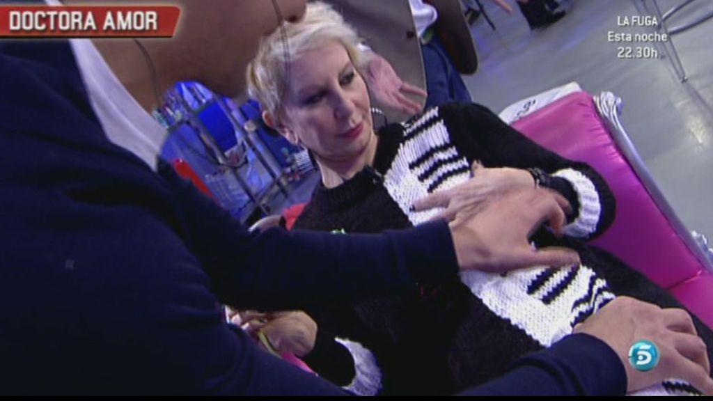 Yuri,  el pianista, ha tocado en el vestido de Karmele un nocturno de Chopin