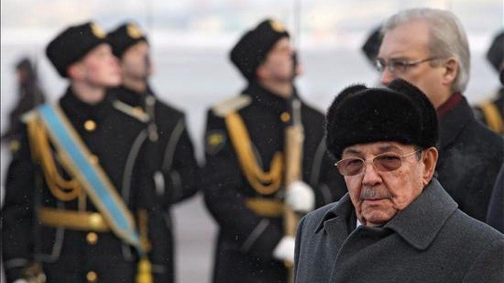 El presidente de Cuba, Raul Castro (d), pasa revista a la guardia de honor antes de partir del aeropuerto Vnukovo II de Moscú (Rusia), hoy, 4 de febrero. La visita de Raúl Castro, que ha sido calificada de 'histórica' por ambas partes, empezó el pasado 28 de enero. Castro viajó desde Rusia a Angola. EFE