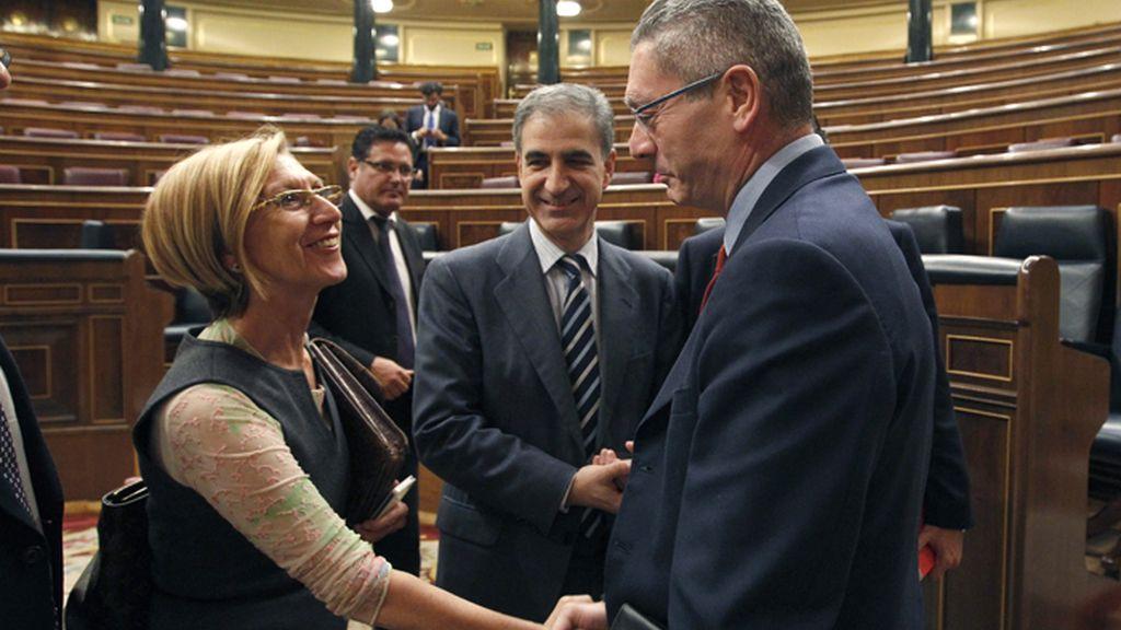 La diputada de UPyD, Rosa Díez y el ministro de Justicia, Alberto Ruiz-Gallardón, conversan en el Congreso de los Diputados