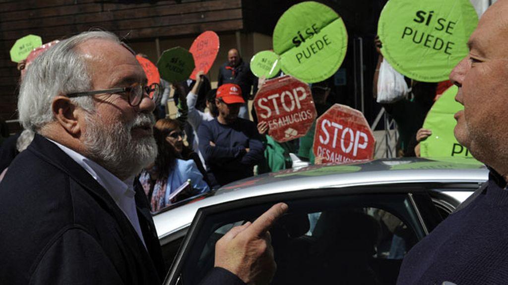 Miguel Arias Cañete recibido con un escrache en Asturias