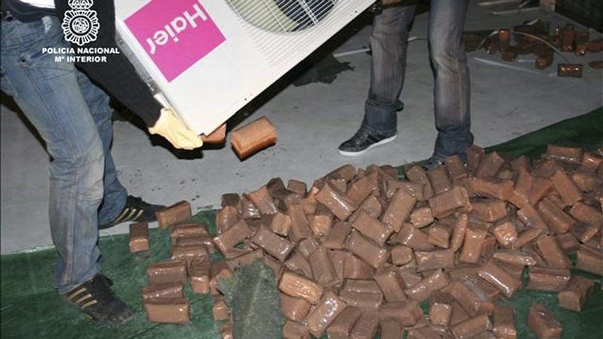Fotografía facilitada por el Ministerio del Interior de 500 kilos de hachís que la Policía Nacional se ha incautado en una nave industrial de Alicante desde la que tres presuntos narcotraficantes, todos ellos detenidos, enviaban droga al Reino Unido oculta en aparatos de aire acondicionado. EFE