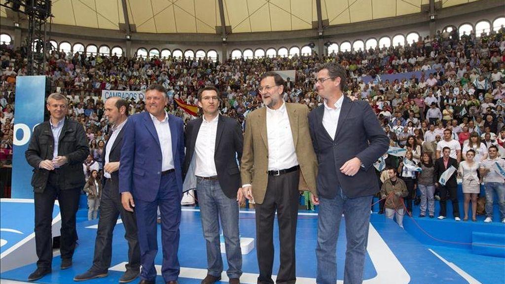 El presidente del PP, Mariano Rajoy (2d); el máximo responsable del partido en Galicia, Alberto Núñez Feijóo (3d); el candidato del PP a la alcaldía de Pontevedra, Telmo Martín (3i); el presidente de la Diputación de Pontevedra, Rafael Louzán (2i), y el conselleiro de Justicia, Alfonso Rueda (i), durante el acto de la precampaña para las próximas elecciones municipales que se ha celebrado esta tarde en la plaza de toros de Pontevedra. EFE